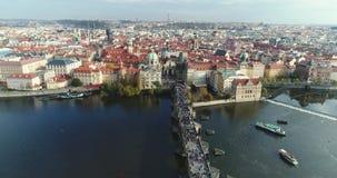 全景从上面对市布拉格和查理大桥,查理大桥的,伏尔塔瓦河河,飞行游人 影视素材