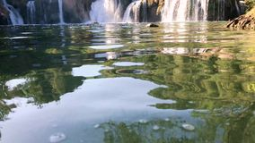 全景从在大河瀑布的水 股票录像