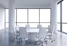 全景会议室在现代办公室,拷贝从窗口的空间视图 白色椅子和白色圆桌 免版税库存照片