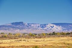 全景使看法环境美化从路到发火焰峡谷全国驾驶北部的度假区和水库从春天在美国Highwa 库存照片