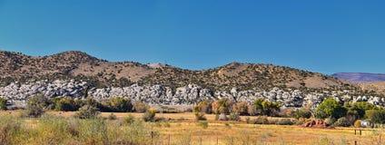 全景使看法环境美化从路到发火焰峡谷全国驾驶北部的度假区和水库从春天在美国Highwa 免版税图库摄影