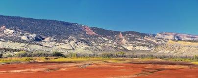 全景使看法环境美化从路到发火焰峡谷全国驾驶北部的度假区和水库从春天在美国Highwa 免版税库存图片