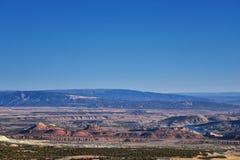 全景使看法环境美化从路到发火焰峡谷全国驾驶北部的度假区和水库从春天在美国Highwa 图库摄影
