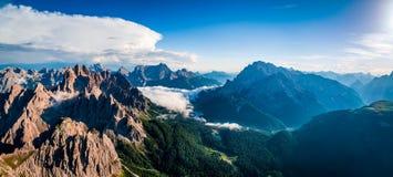 全景全国自然公园Tre Cime在白云岩阿尔卑斯 是 库存照片