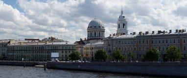 全景内娃河, Tuchkov桥梁,凯瑟琳教会,圣彼得堡,俄罗斯 免版税库存图片