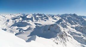 全景冬天积雪的山 库存图片
