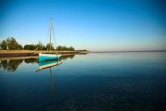 全景单桅三角帆船的海洋 库存图片