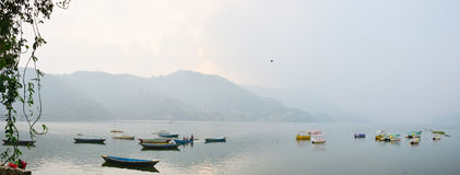 全景博克拉Phewa湖安纳布尔纳峰谷的尼泊尔 库存照片