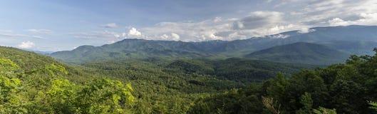 全景发烟性的山的山麓小丘 库存照片