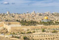 全景向耶路撒冷老市和圣殿山 库存照片