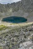 全景向Ledenoto从穆萨拉峰峰顶, Rila山的Ice湖 库存照片
