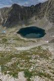 全景向Ledenoto从穆萨拉峰峰顶, Rila山的Ice湖 免版税图库摄影