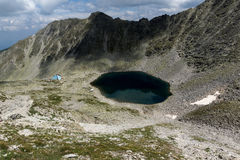全景向Ledenoto从穆萨拉峰峰顶, Rila山的Ice湖 免版税库存图片