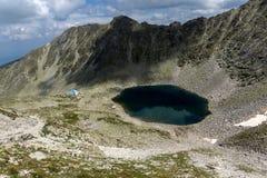 全景向Ledenoto从穆萨拉峰峰顶, Rila山的Ice湖 免版税库存照片