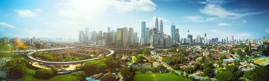 全景在吉隆坡市中心中间的都市风景视图 库存图片