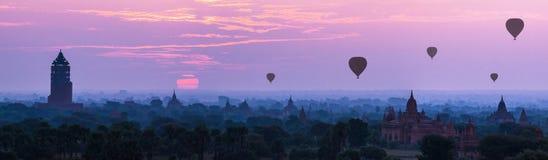 全景在塔的热空气轻快优雅在Bagan, Myanm的日出的 免版税图库摄影
