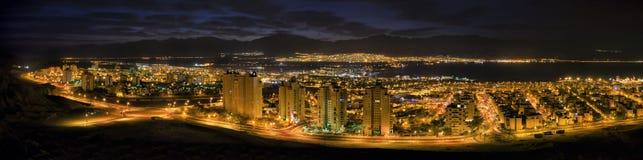 全景在夜埃拉特和红海 免版税库存照片
