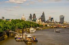 全景在泰晤士河的市伦敦,船,现代和 库存照片