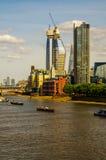全景在泰晤士河的市伦敦,船,现代和 库存图片