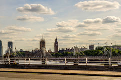 全景在泰晤士河的市伦敦,船,现代和 图库摄影
