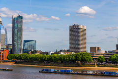 全景在泰晤士河的市伦敦,船,现代和 免版税库存照片