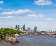 全景在泰晤士河的市伦敦,船,现代和 免版税库存图片