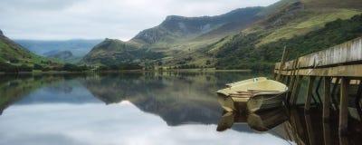 全景在湖的风景小船有跳船的 库存图片