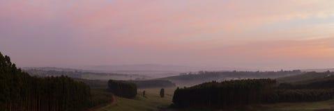 全景在米德兰平原的有薄雾的日出 库存照片