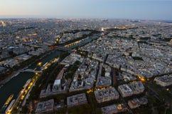 巴黎全景在从高度的晚上在日落的鸟飞行 免版税图库摄影