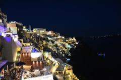 全景在Fira圣托里尼在晚上 免版税库存图片