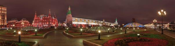全景在Manezhnaya Ploshchad的夜视图在莫斯科 库存图片