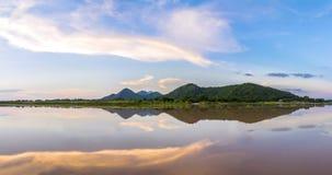 全景在Wang Rom Klao水坝附近的fo Khao Loung公园 免版税库存图片