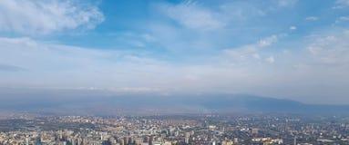 全景地平线和大厦与天空蔚蓝和白色云彩 免版税库存图片