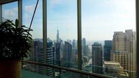 全景地平线和大厦从玻璃窗 股票 在城市的宏伟的视图从公寓 库存图片