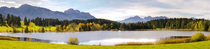 全景场面在有阿尔卑斯山和湖的巴伐利亚 免版税库存图片