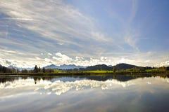 全景场面在有阿尔卑斯山和湖的巴伐利亚 库存图片