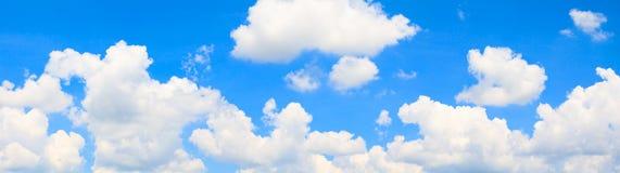 全景天空和云彩在夏令时美好的背景中 库存图片