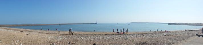 全景天空蔚蓝英国海滩码头灯塔 免版税库存图片