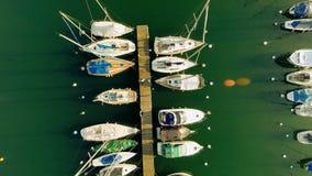全景天际鸟瞰图水lakesailboats靠码头码头 影视素材