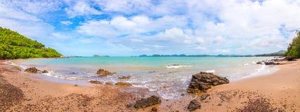 全景射击了与云彩的海滩在天空蔚蓝和海波浪 库存图片