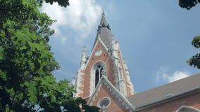 全景射击的掀动与教会和树上面反对清楚的天空蔚蓝 股票录像