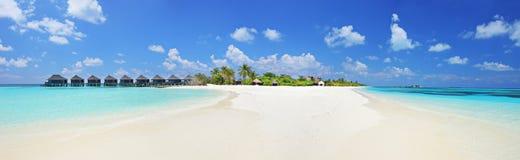 全景射击了一热带islandl,马尔代夫在一个晴天 免版税库存照片