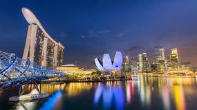 全景小游艇船坞湾区夜视图在新加坡 免版税库存图片