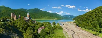 全景山在夏天晴天 Castel Ananuri 视域  免版税库存照片
