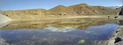 全景山明白水反射 库存照片