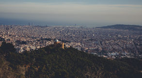 全景山风景在城市巴塞罗那 库存照片
