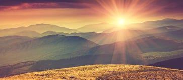 全景山风景在有阳光的春天 免版税库存图片