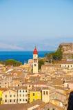 全景市科孚岛和圣徒Spyridon教会的钟楼从新的堡垒的 希腊 库存图片