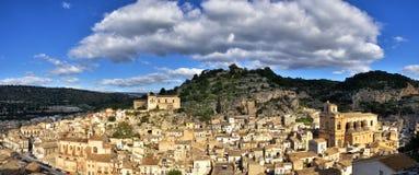 全景希克利,西西里岛,其中一个意大利巴落克式样符号城市,与其他7个诺托壁垒` s村庄一起 库存照片