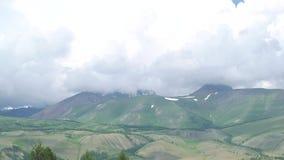 全景录影,绿色山由云彩报道 多小山横向 股票视频